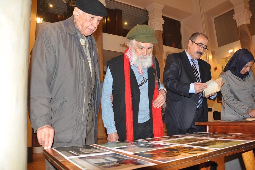 Gürbüz Azak, Etem Çalışkan, Mehmet Nuri Yardım ve Elif Sönmezışık ressam Elif Naci'nin eserlerinden örnekler gösterilen mini sergiyi gezerken.